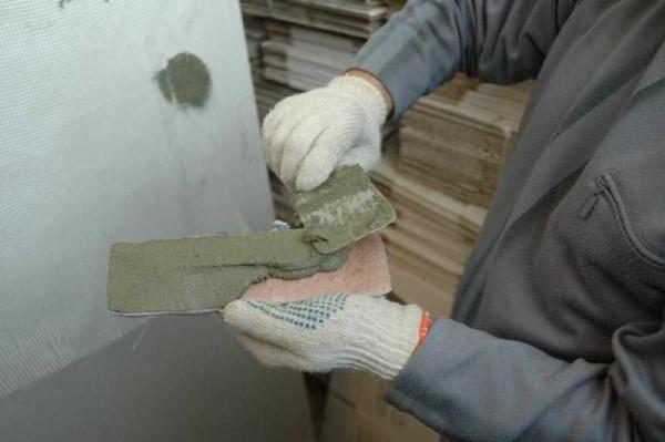 отделка потолка камнем