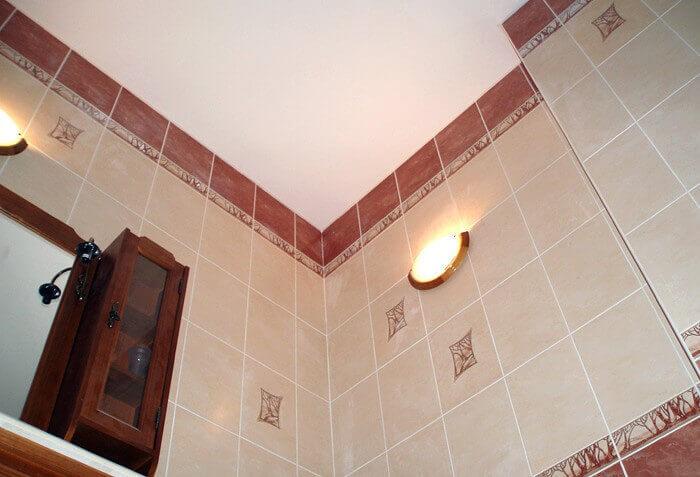 варианты отделки потолка в ванной комнате фото