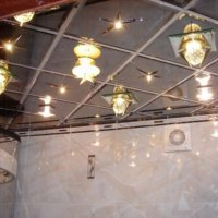Стеклянные и зеркальные потолки в ванной