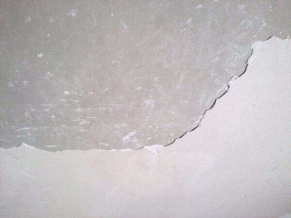 как зачистить штукатурку на потолке