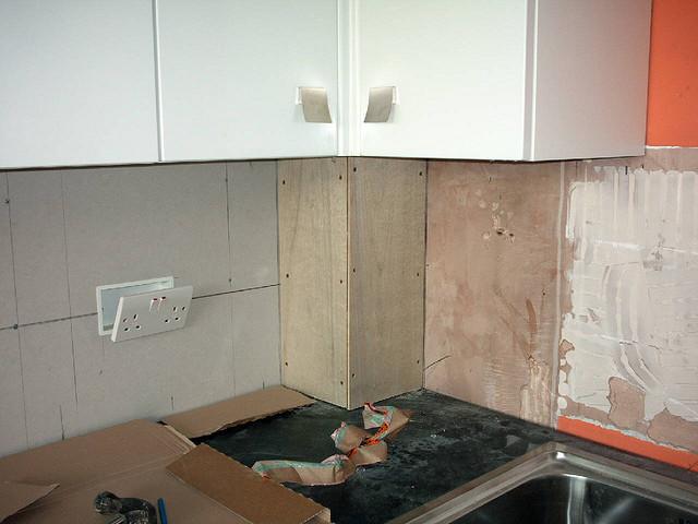 как упрятать трубы на кухне