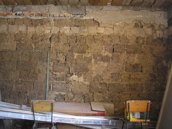 как приклеить гипсокартон к саманной стене