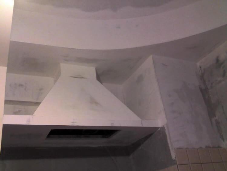 короб из гипсокартона для вытяжки на кухне