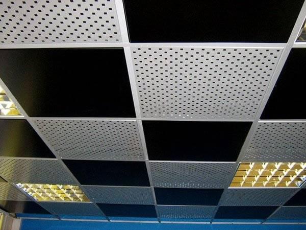 потолок с отделкой перфорированными листами